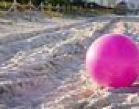 Jeux pour enfants avec des ballons de plage фото