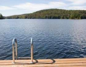 Comment fixer une échelle de la piscine sur une terrasse фото