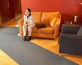 Comment décorer votre maison avec un canapé d`orange фото