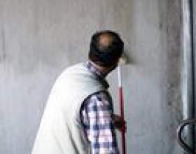 Comment obtenir une bonne ligne entre les murs et le plafond lors de la peinture фото