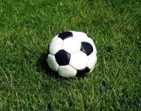 Comment lancer un ballon de football de haut et loin фото