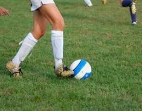 Comment lancer un ballon de football lors de l`exécution фото