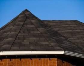 Comment enlever la paille de pin d`un toit de bardeaux фото