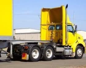 Plus le salaire du chauffeur de camion de route фото