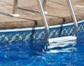 Retrait des échelles de piscine creusée фото