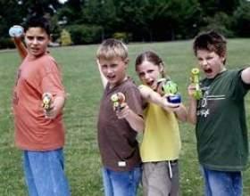 Jeux d`eau pour un grand groupe d`enfants фото